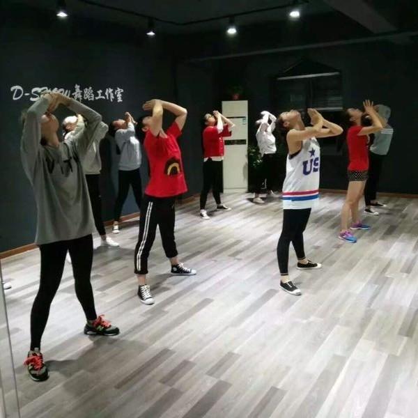 DS舞蹈训练营拼团大优惠!评选人气小明星一起赢取将学金!微页模板